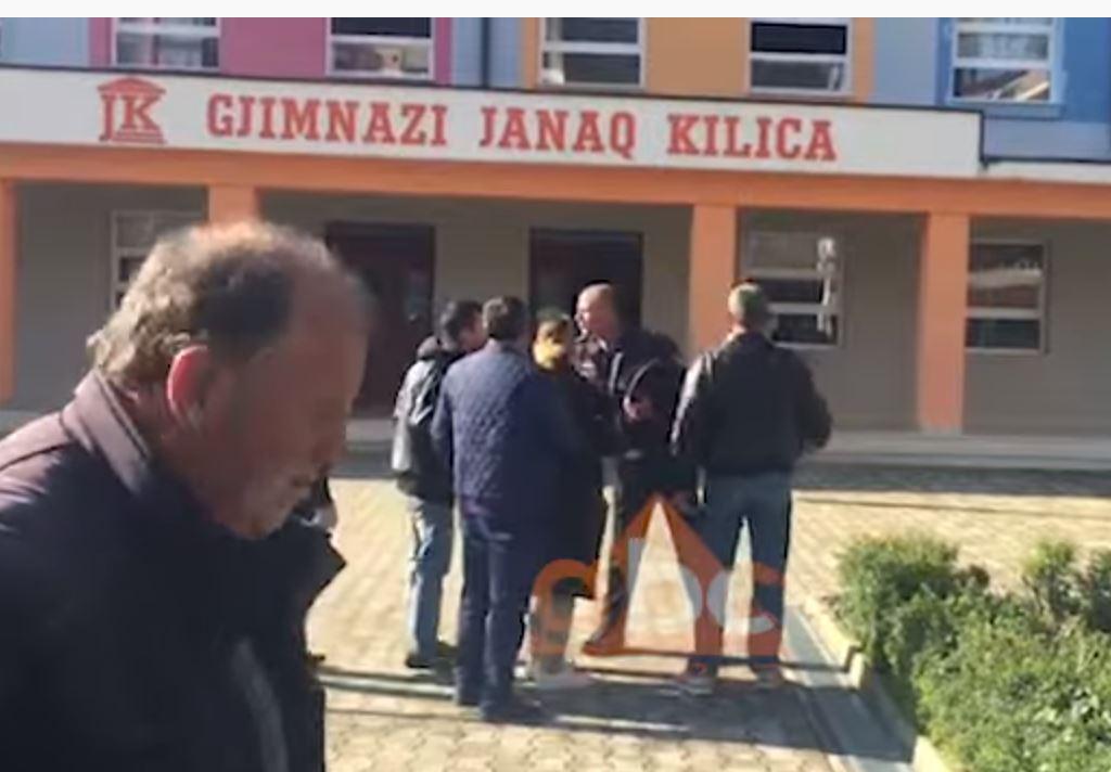 """Pezullohet mësimi në shkollën """"Janaq Kilica"""" në Fier, mjekët: Gjendja nën kontroll, simptomat do të zgjasin disa ditë"""