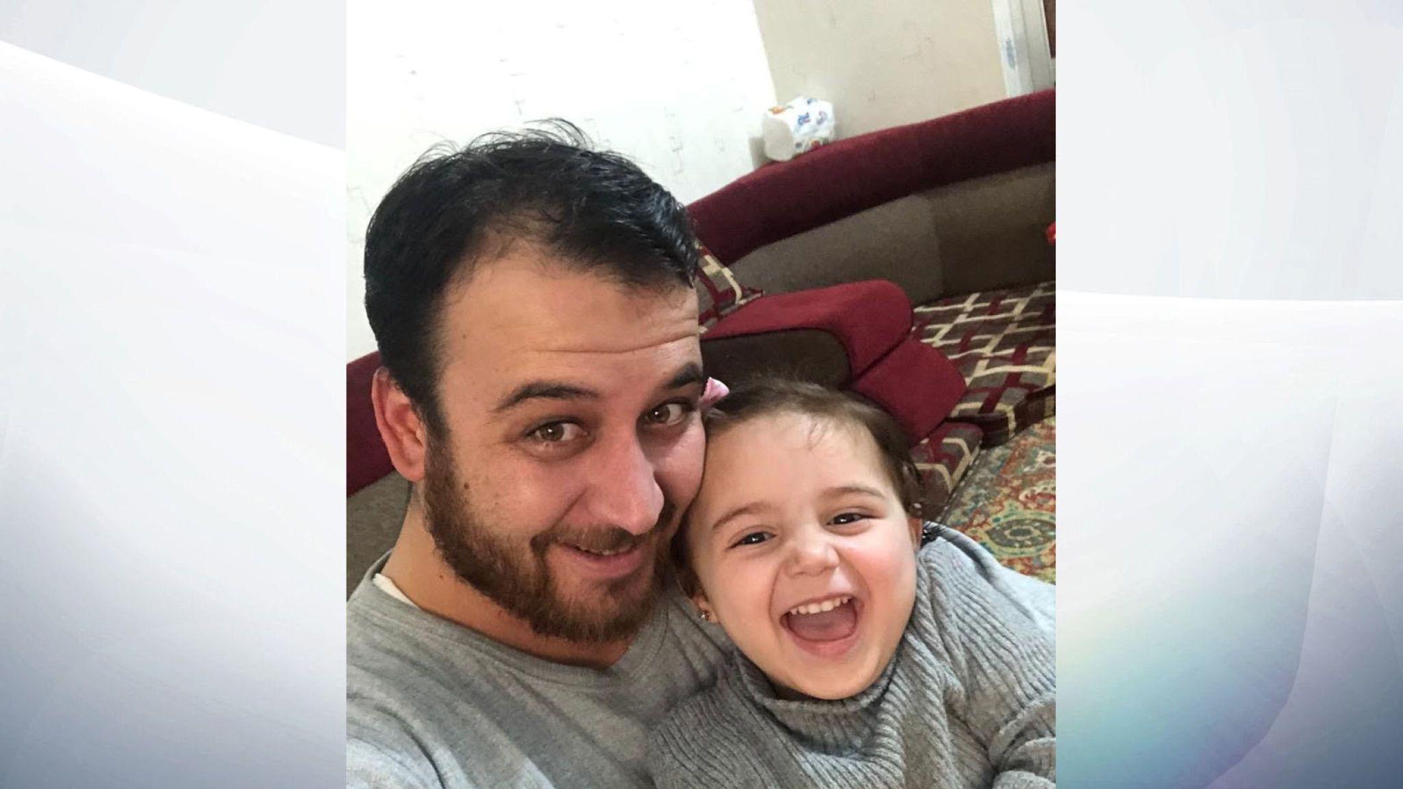 Vajza 3-vjeçare që qeshte me bombat nis një jetë të re larg Sirisë