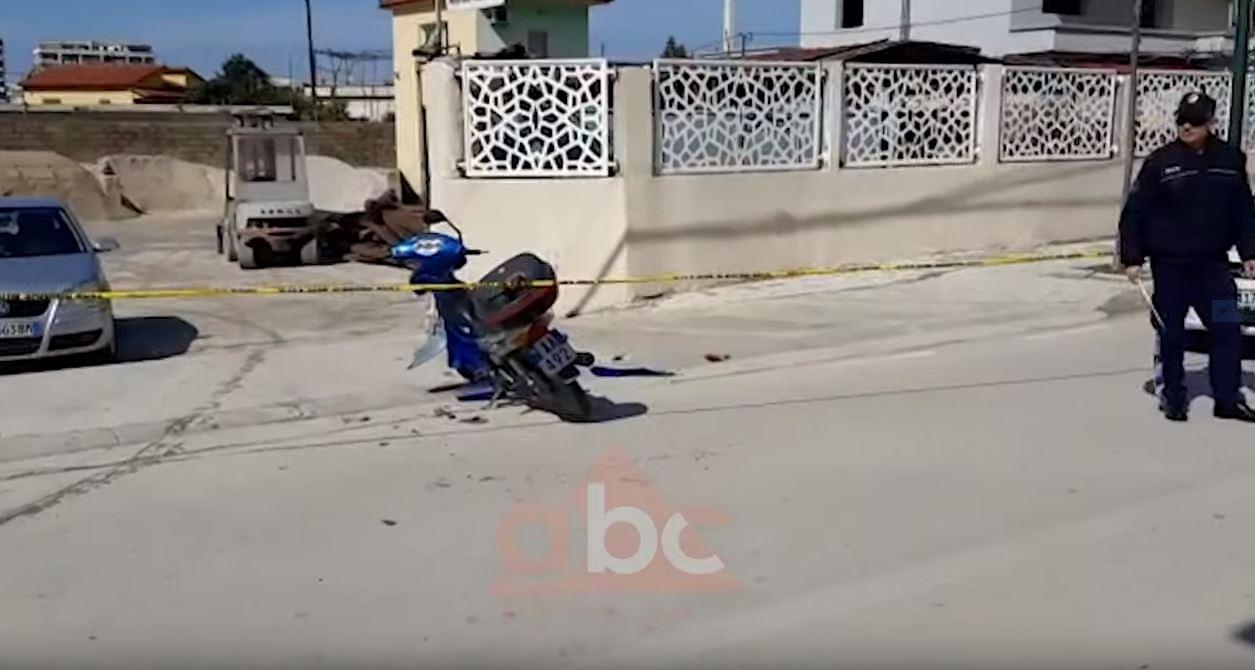 Aksident i rëndë, makina përplaset me motorin: Përfundon në spital një person