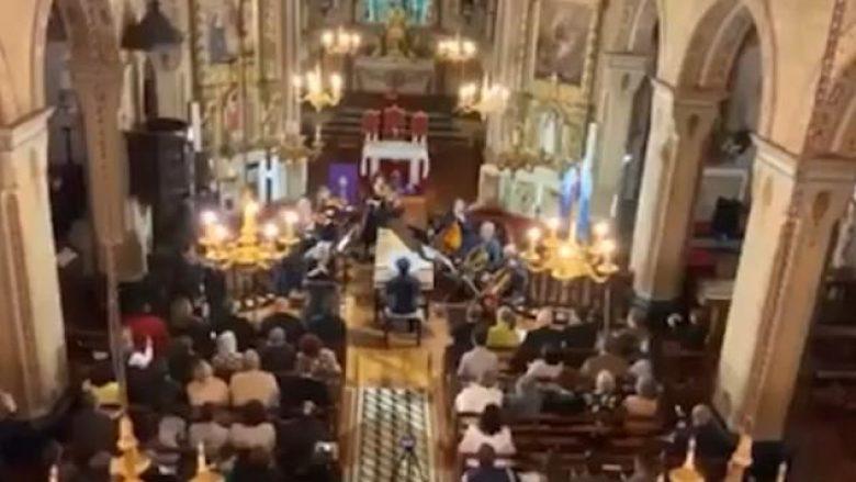VIDEO/ Tërmet i fuqishëm në Portugali, besimtarët dalin me shpejtësi nga kisha