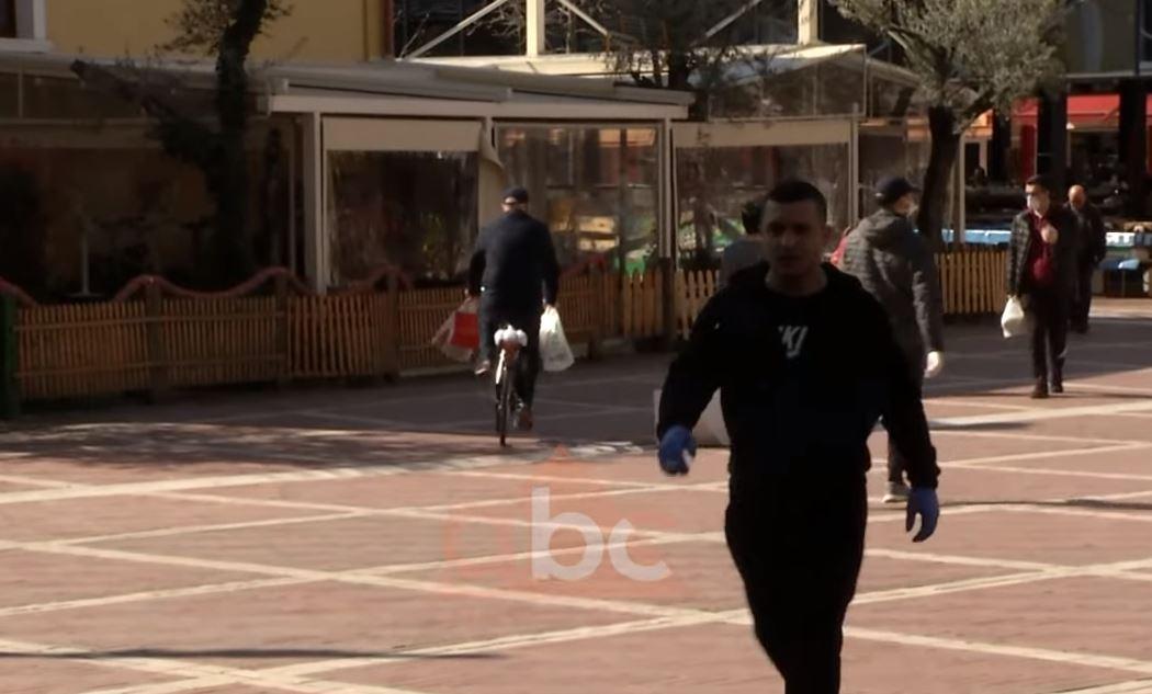 Qytetarët e Tiranës nxitojnë për të bërë blerjet brenda orës 10.00, jo të gjithë i binden orarit