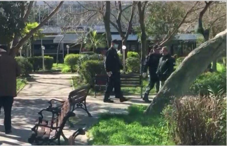 Të moshuarit në Vlorë të pabindur, policët ndërhyjnë që ata të shpërndahen