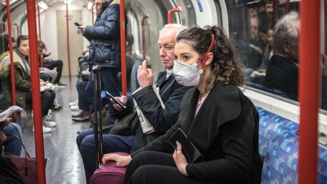 A mund të infektohesh me koronavirus nëse udhëton me tren, autobus apo avion ?