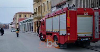 Vlorë, incident në kushte izolimi, i vihet zjarri disa dyqaneve në zonën historike, arrestohet autori