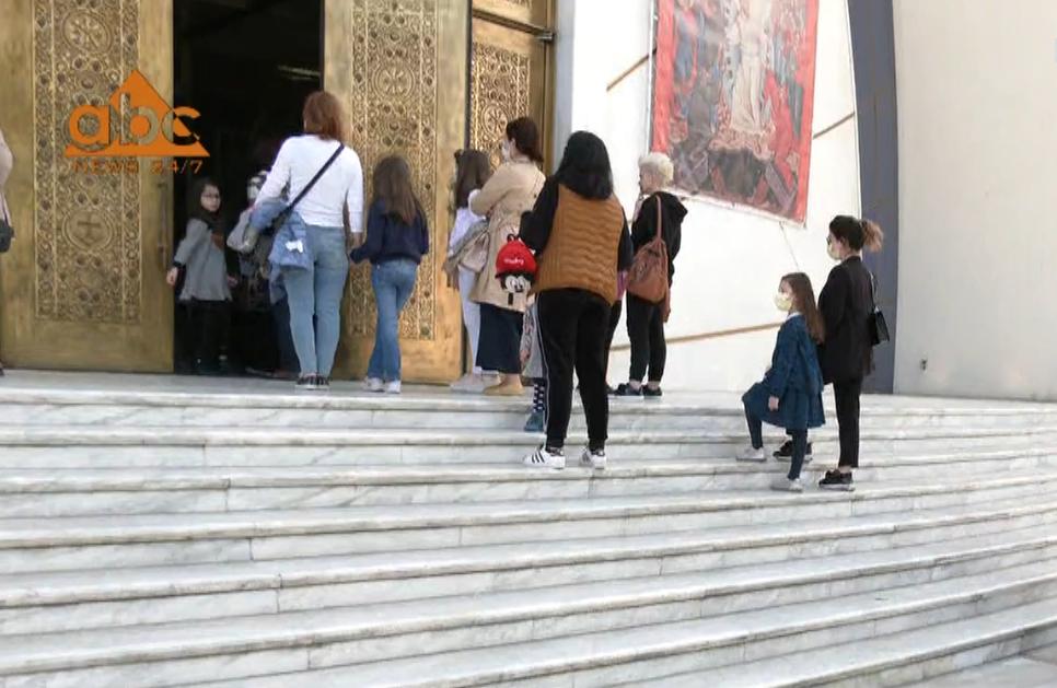 """Besimtarët në Tiranë në radhë për të hyrë në Kishë, kremtimi i festës së Pashkës """"braktiset"""" në Korçë"""