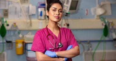 Miss Anglia rikthehet në Britani si mjeke në luftën kundër koronavirusit