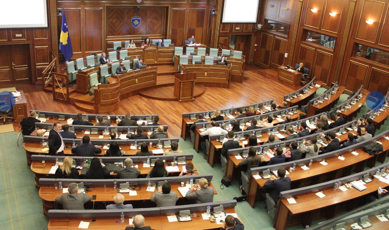 Vazhdon beteja politike në Kosovë, deputetët marrin leje për pjesmarrje në seancë
