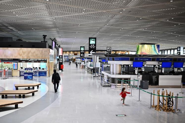 Aeroporti i Tokios siguron shtretër kartoni për udhëtarët që presin testet e koronavirusit