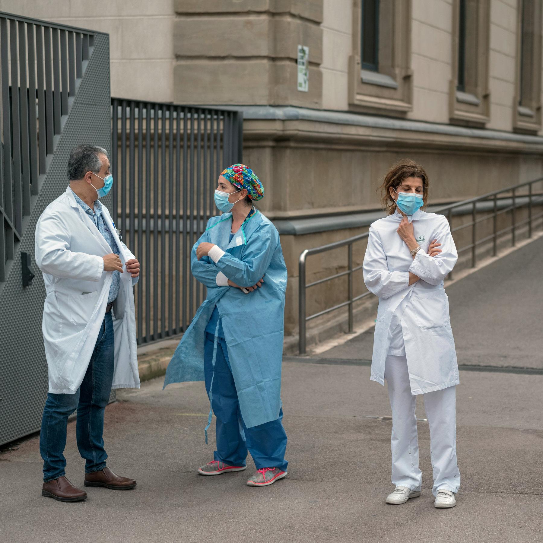 """Pagat e """"koronavirusit"""" në Zvicër, mjeku kryesor paguhet 12.300 euro, infermieret 7.200 euro"""