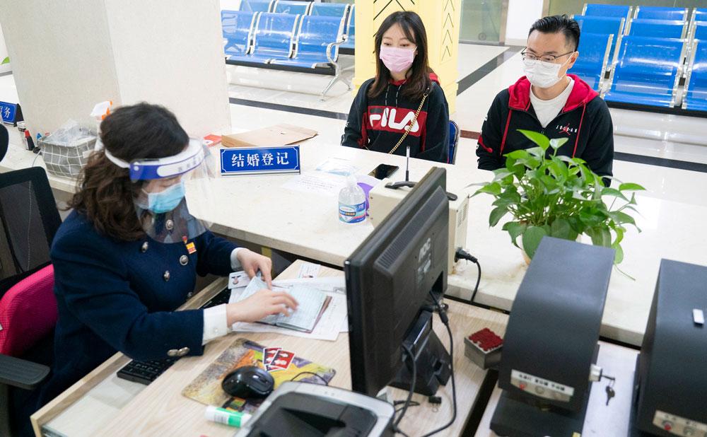 Fillim i ri në Wuhan, çiftet festojnë duke u martuar pasi mposhtën  koronavirusin