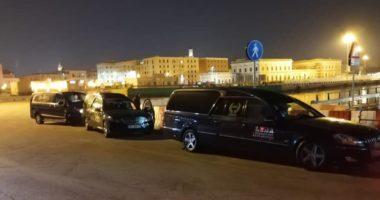Pamjet e trishta: Nisen drejt portit të Durrësit trupat e shqiptarëve që humbën jetën nga Covid-19 në Itali