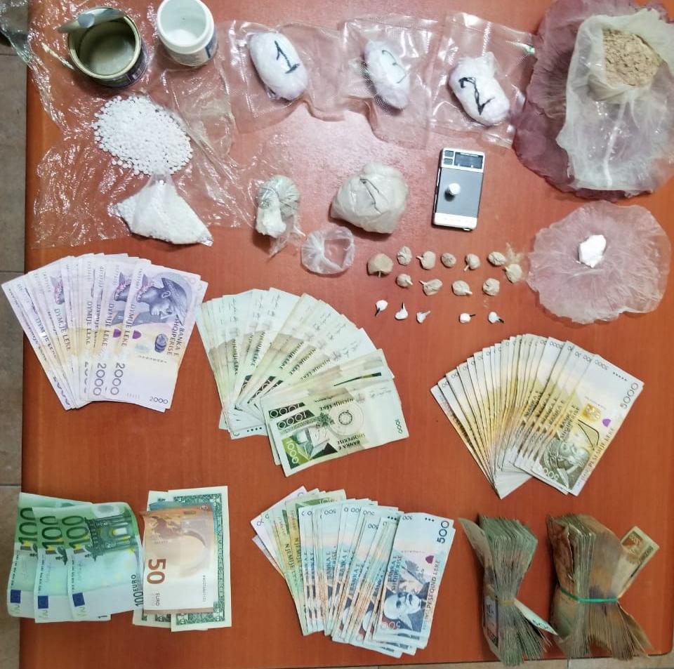 Goditet grupi i shpërndarjes së drogave të forta në Durrës:Arrestohen 3 persona, mes tyre një femër
