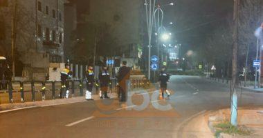 VIDEO/ Basha del në rrugët e Tiranës, takon policët dhe u jep kurajo