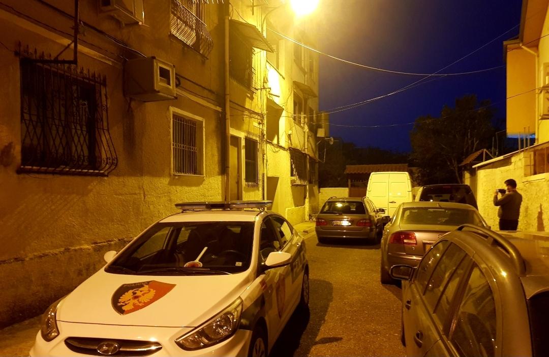 Nuk përgjigjej prej dy ditësh në telefon, zjarrfikësit e Elbasanit hyjnë nga dritarja dhe e gjejnë pa jetë