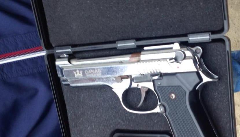 Qëlloi me armë pastaj ia drejtoi policit, arrestohet 42 vjeçari në Tiranë