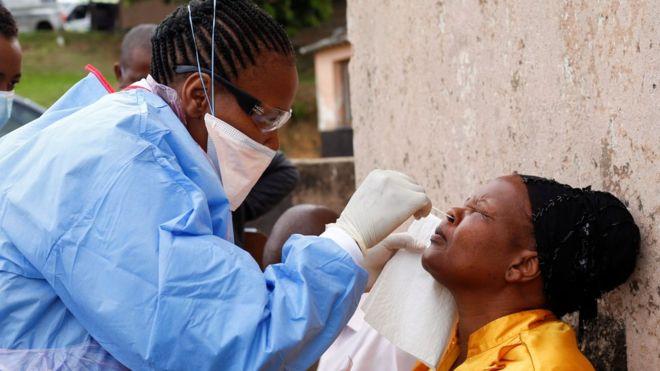 """""""Ta testojmë vaksinën e Covid-19 në Afrikë"""", kreu i OBSH revoltohet me deklaratën e mjekëve francezë"""