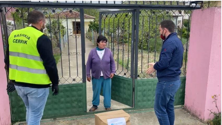 Koronavirusi, bashkia Cërrik në terren, shpërndan pako ushqimore për familjet në nevojë