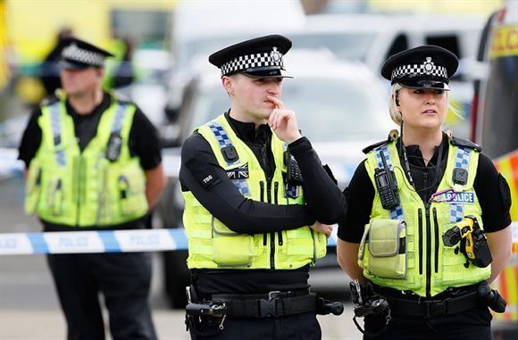Policia lejon britanikët të festojnë, pasi ruajnë distancën