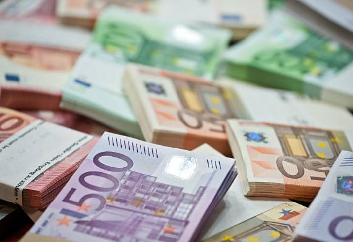 Euro i rikthehet niveleve para krizës së COVID-19, me sa po këmbehet sot