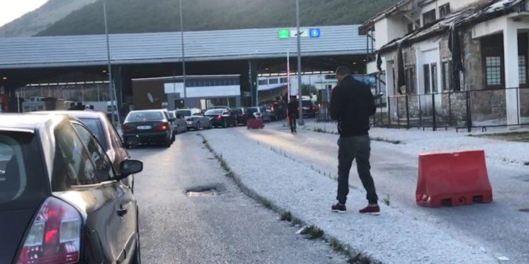 Të bllokuar prej orësh, kalojnë kufirin 100 emigrantë në Kapshticë