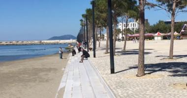 Edhe pse nuk këshillohet, moti i ngrohtë nxjerr vlonjatët për shëtitje buzë detit