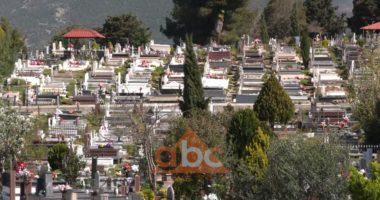 Dy metra nën dhe, si varrosen të vdekurit nga koronavirusi në Tiranë