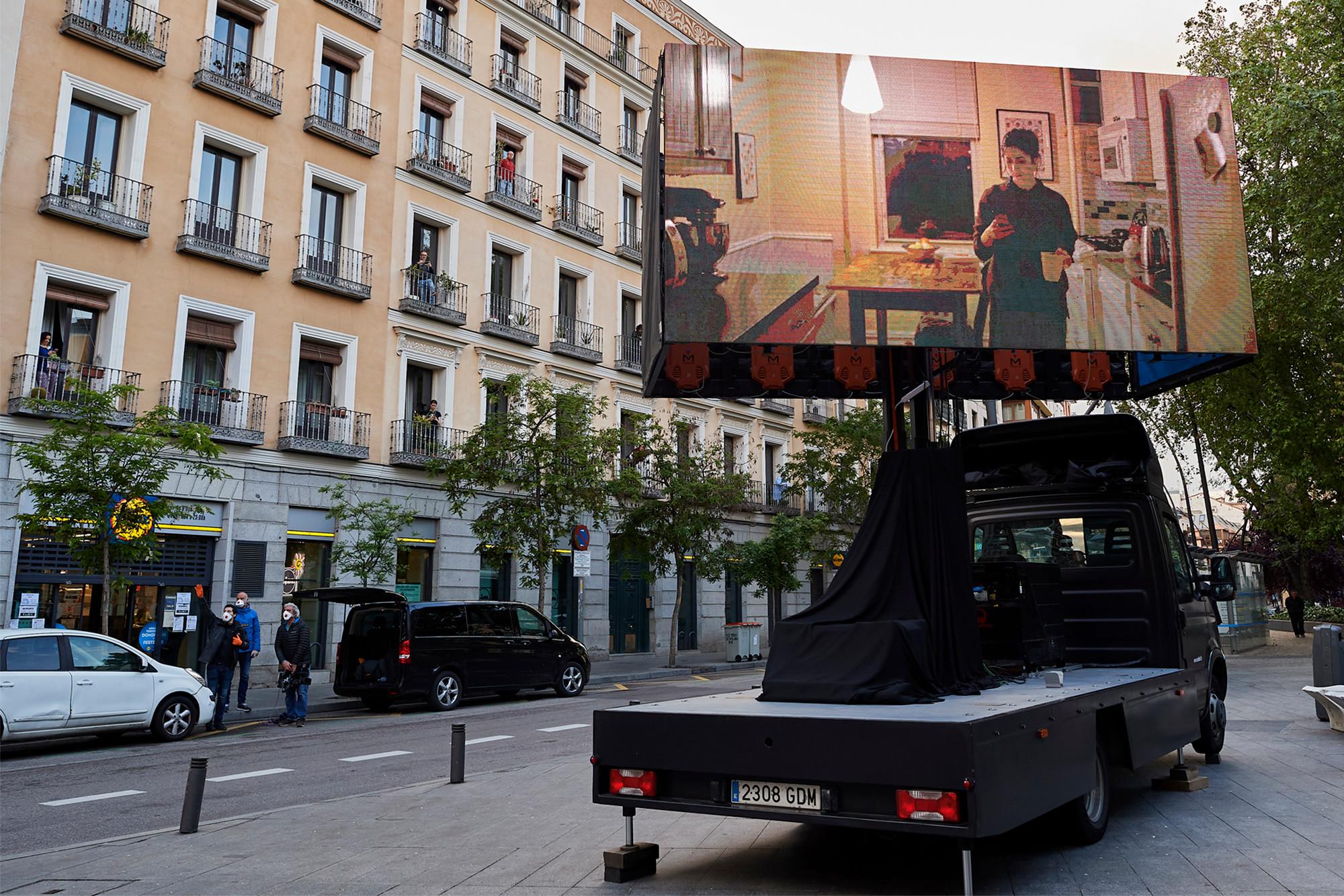 Kinema nga ballkonet e Madritit, spanjollët shikojnë filma në kohë karantine