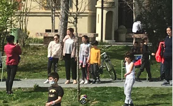 """FOTO/ Ministrat shëtitje me fëmijët, Shalsi nuk i """"bindet"""" Ramës"""