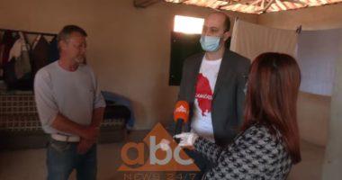 Familja Alushi që jeton në papafingo merr ndihma ushqimore nga shoqata Çamëria: Vuajtjet e të parëve tanë nuk i harrojmë