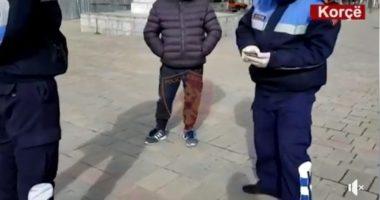 VIDEO/ Ku ke autorizimin? Policia, rekord gjobash ndaj qytetarëve që u kapën në rrugë