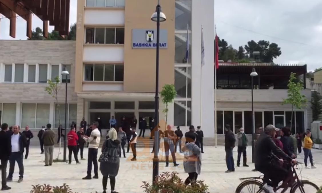 Kërkojnë pagën e luftës, tregtarët në Berat dhe Durrës në protestë