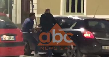 Rrahën 23-vjeçarin, arrestohet polici i rrugores dhe shoku i tij në Fier