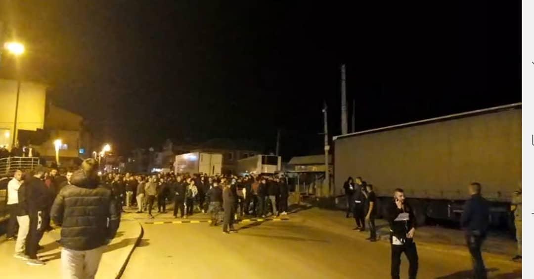 """VIDEO / Tre persona në pranga, banorët """"thyejnë"""" orën policore, dalin në rrugët e Shkupit në protestë"""