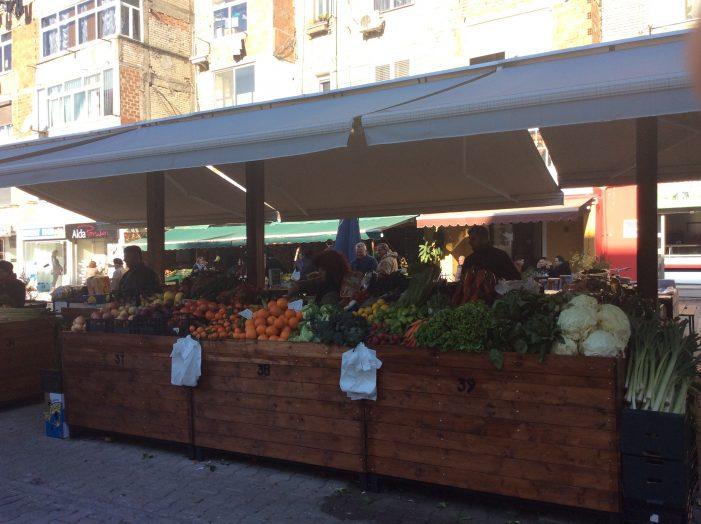 Nuk zbatohen rregullat e distancimit social, mbyllet tregu i fruta-perimeve në Fushë-Krujë