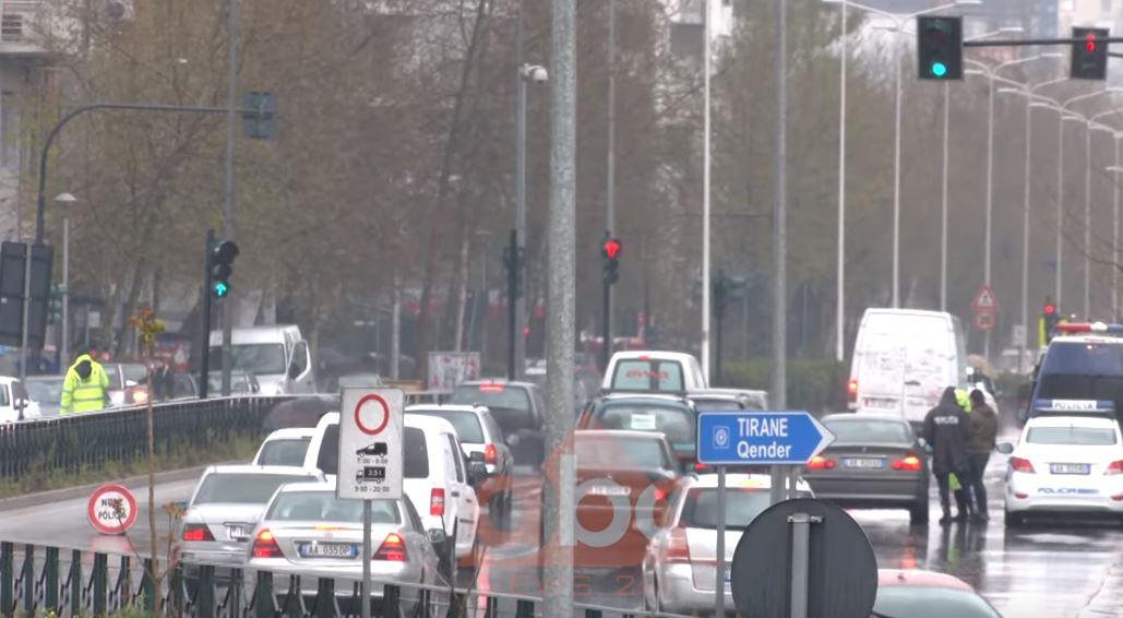 Trafik në rrugët e Tiranës, u shtuan lëvizjet me makinë për shkak të reshjeve të shiut