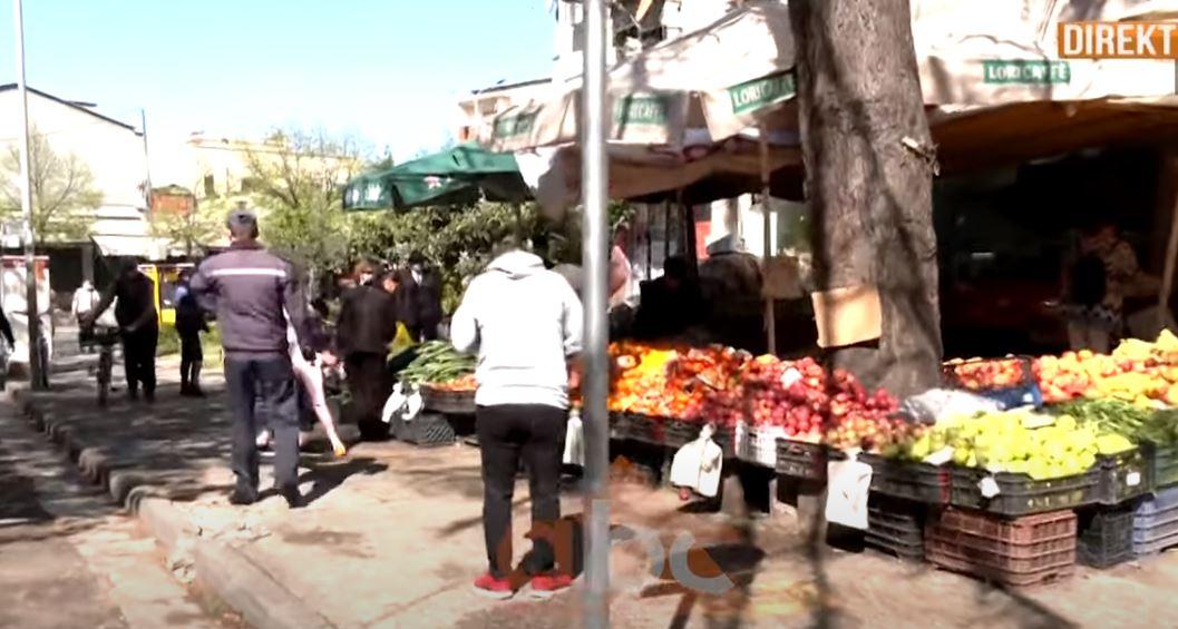 Dy ditë të mbyllur në shtëpi, qytetarët e Tiranës nxitojnë të bëjnë blerjet