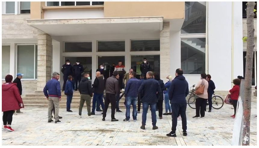 Tregtarët e tregut industrial në Berat protestojnë: Nuk kemi para për të mbajtur familjen