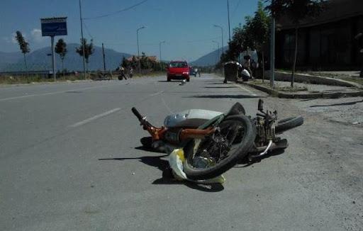 Makina përplas motoçikletën, humb jetën 29 vjeçari