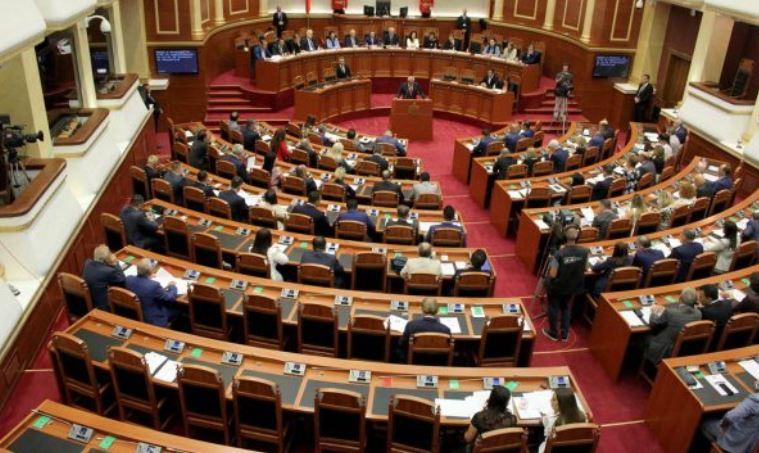 Deputeti i opozitës paralajmëron djegien e mandateve