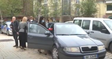 VIDEO/ Deputetet thyejnë rregullat në mes të Tiranës, 4 veta në një makinë