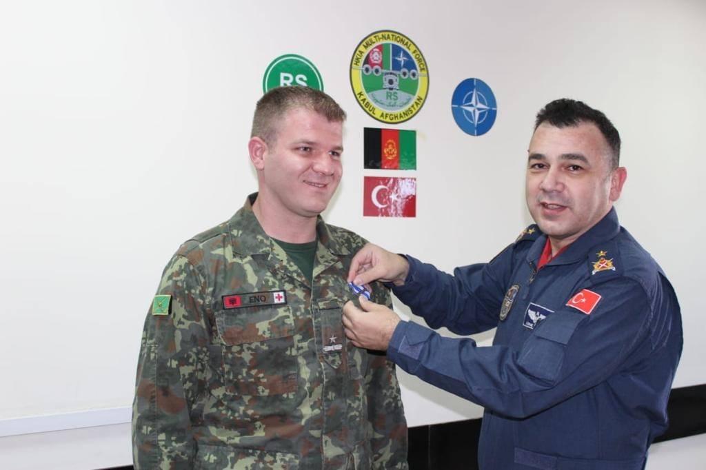 Dy infermierët ushtarakë shqiptarë dekorohen në Aeroportin Ndërkombëtar të Kabulit