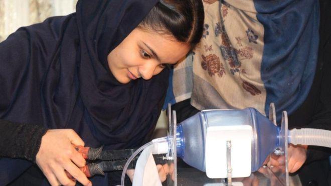 Afganistan, ndërtohen ventilatorë me pjesë makinash për pacientët me Covid 19