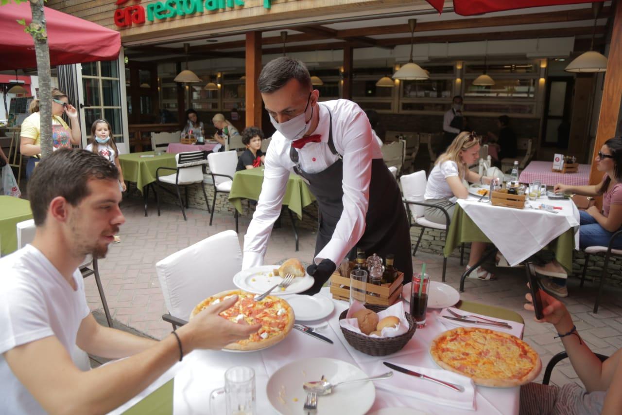 FOTO/ Tirana rinis jetën, restorantet hapen me një lajm të mirë! Maturantët qëndrojnë në distancë