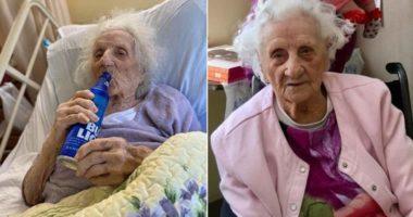 Fitoi betejën me Covid-19, gjyshja 103-vjeçare feston me një shishe birrë