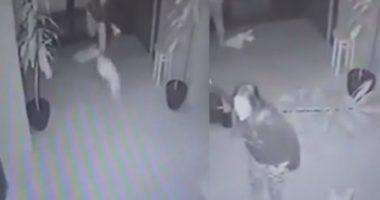 VIDEO/ Zihet me të dashurin, nëna përplas në tokë foshnjën e saj