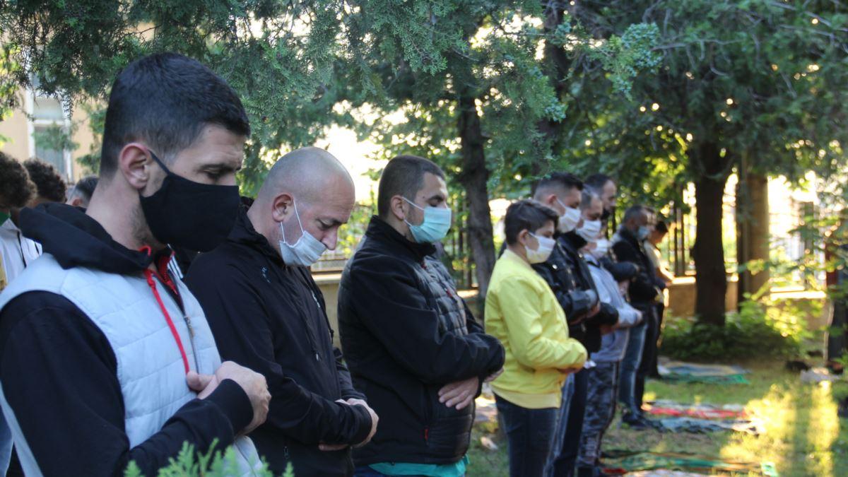 Besimtarët në Maqedoninë e Veriut falin Bajramin me maska