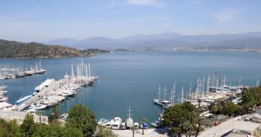 Turqia përgatitet për hapjen e turizmit në qershor
