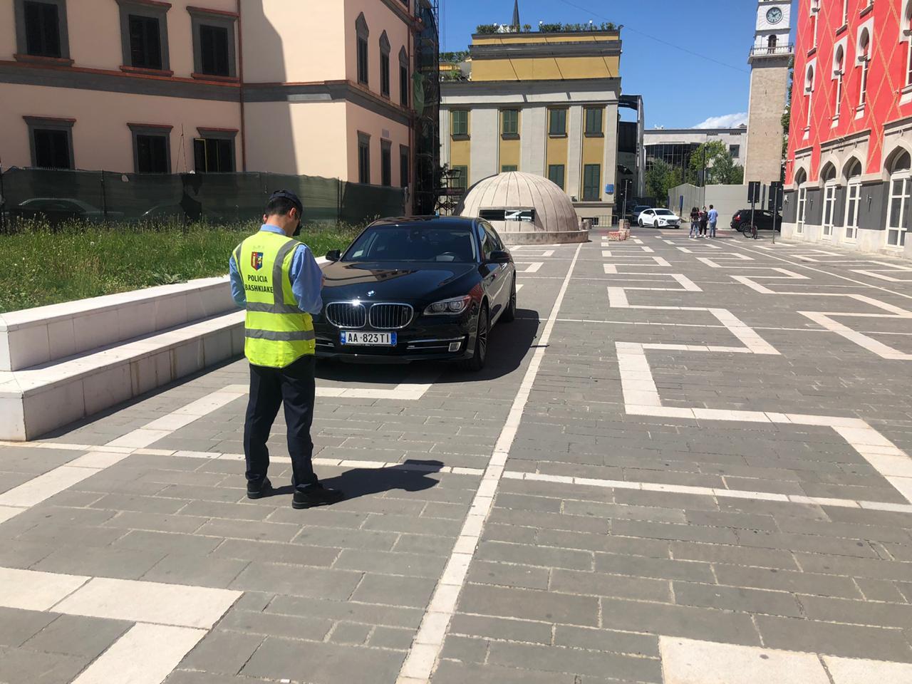 Parkoi automjetin para Teatrit Kombëtar, gjobitet ish-deputeti i opozitës