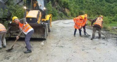 FOTO/ Reshjet e shiut bllokojnë aksin rrugor Berat-Skrapar, shkëputen masivë shkëmborë