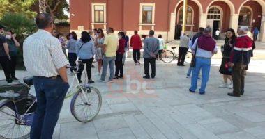 Iu dëmtua shtëpia nga tërmeti, banorët me maska protestë para Bashkisë së Durrësit